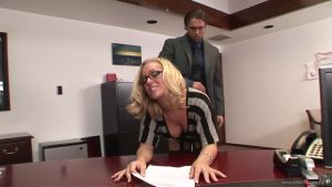 Очень красивая секретарша исстрадалась по члену шефа