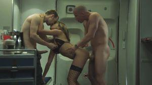 Красотка-стюардесса скрашивает полёт хорошим трахом
