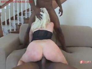 Два черных парня затрахали блондиночку до истерики