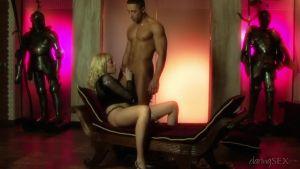 Красивый романтический секс привлекательной фигуристой блондинки