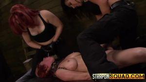 2 девушки трахают рабыню страпоном с Алесей Сноу в главной роли