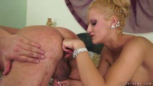 Молоденькая блонда отдается мужику и массирует ему простату пальцами (только на ыгоюкг)