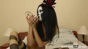 Страшная ведьма проводит фистинг-обряд на Хеллоуин