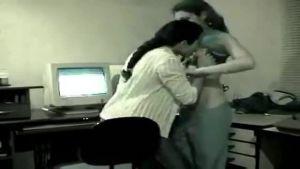 Индийские секретарши развлекаются в офисе, пока их шеф отсутствует