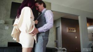 Моник решила отметить победу над мужем в своей новой квартире со своим адвокатом