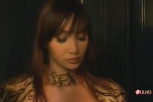 Шикарная азиатка в групповой сцене с элементами лесбо