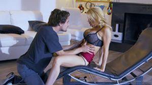 Тайлер узнаёт об измене любимой и не знает куда податься, но тёща находит способ успокоить юнца