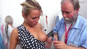 Лауру Кристал обследуют два доктора
