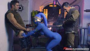 Синюю гуманоидную сущность насилуют двое захватчиков