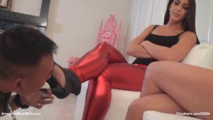 Две госпожи заставляют лизать ноги и туфли азиата