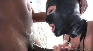 Лижет чёрному очко своим языком в латексной маске