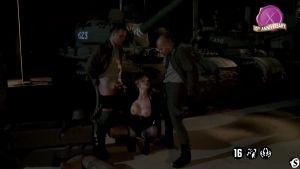 Военные состязания голых женщин и после трах одной на фоне танка