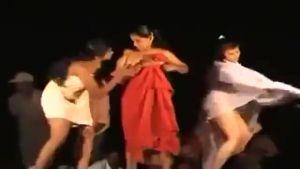 Индуски раздеваются и танцуют голыми прямо на сцене