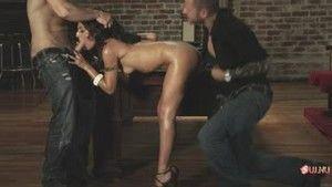 Пока мальчики играют в бильярд, девочка их развлекает своим голым телом