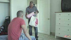 Не смогла развести доставщика пиццы голыми сиськами, пришлось провоцировать его, что он гей