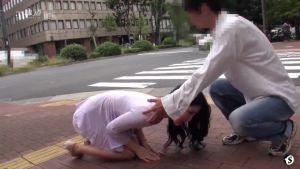Бегает по Токио и просит каждого встречного её трахнуть