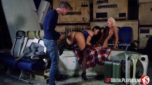 Девушки с огромными буферами трахают худощавого самца