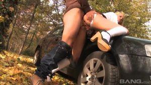Таксист узнал, какую школьную шлюху он везёт и решил её трахнуть, не доехав до конечного пункта