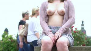 Милая девочка показывает большую грудь с пробитым соском и прячет личико