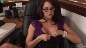 Эффектная грудастая секретарша соблазнила коллегу
