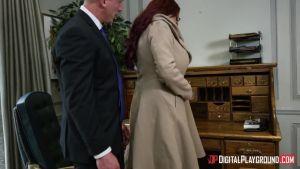 Подсасывает у мужчины прячась под столом, чтоб тот мог трахать без смазки свою жену