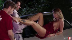 Начала светить пиздой прямо в кабриолете, ждала чтоб двое трахнули её на капоте