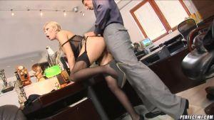 Трахнул в попку прелестную секретаршу на рабочем месте
