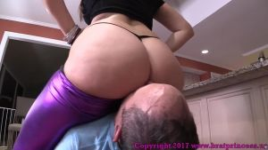 A stepdaughter farts a fat ass and makes sniff