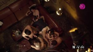 После завершения вечеринки в баре наступает... оргия