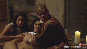 Король показывает на своей прислуге как нужно его удовлетворять