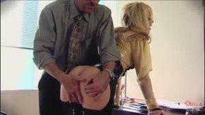Босс тестирует на рабочем столе суперсексуальную секретутку