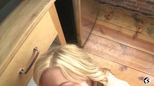 Разбудил и оттрахал красивую блондиночку