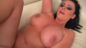 Отличный секс с полненькой грудастой брюнеткой